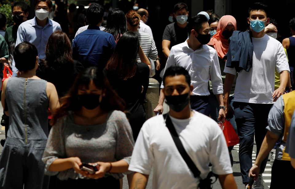 Office workers spend their lunch breaks at the central business district amid the COVID-19 outbreak in Singapore, September 8, 2021. Photo: Reuters