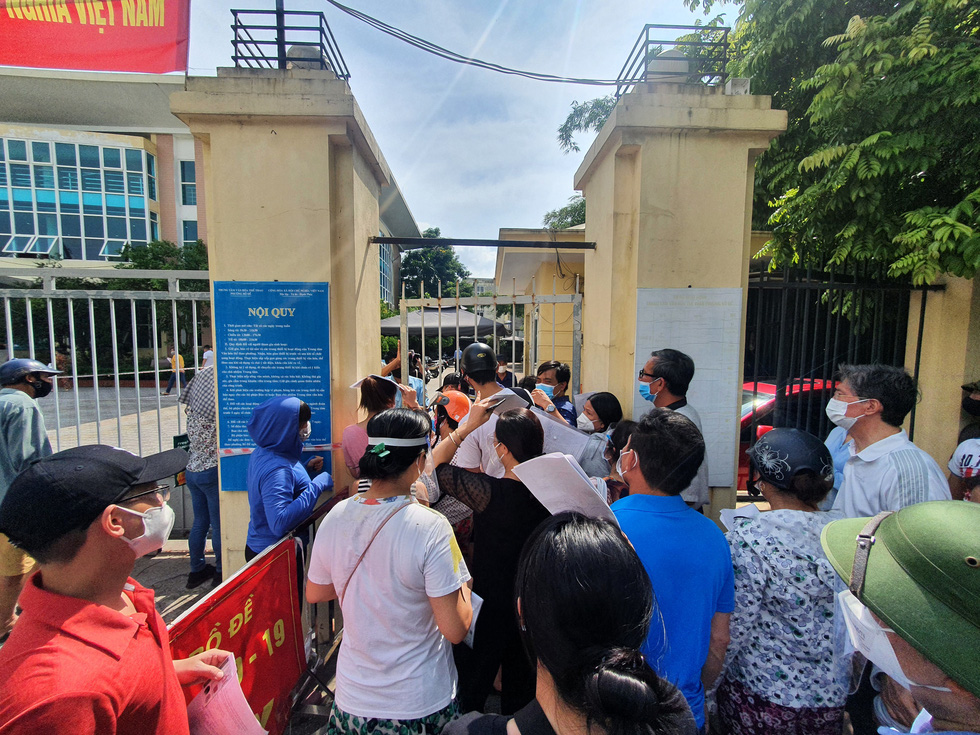 The overcrowding and jostling scene is seen at an immunization point in Bo De Ward, Long Bien District, Hanoi, on September 9, 2021. Photo: Anh Nam / Tuoi Tre