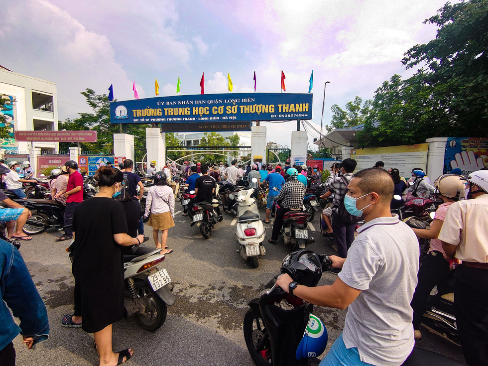 Crowds jostle at Hanoi COVID-19 inoculation points amid vaccination acceleration