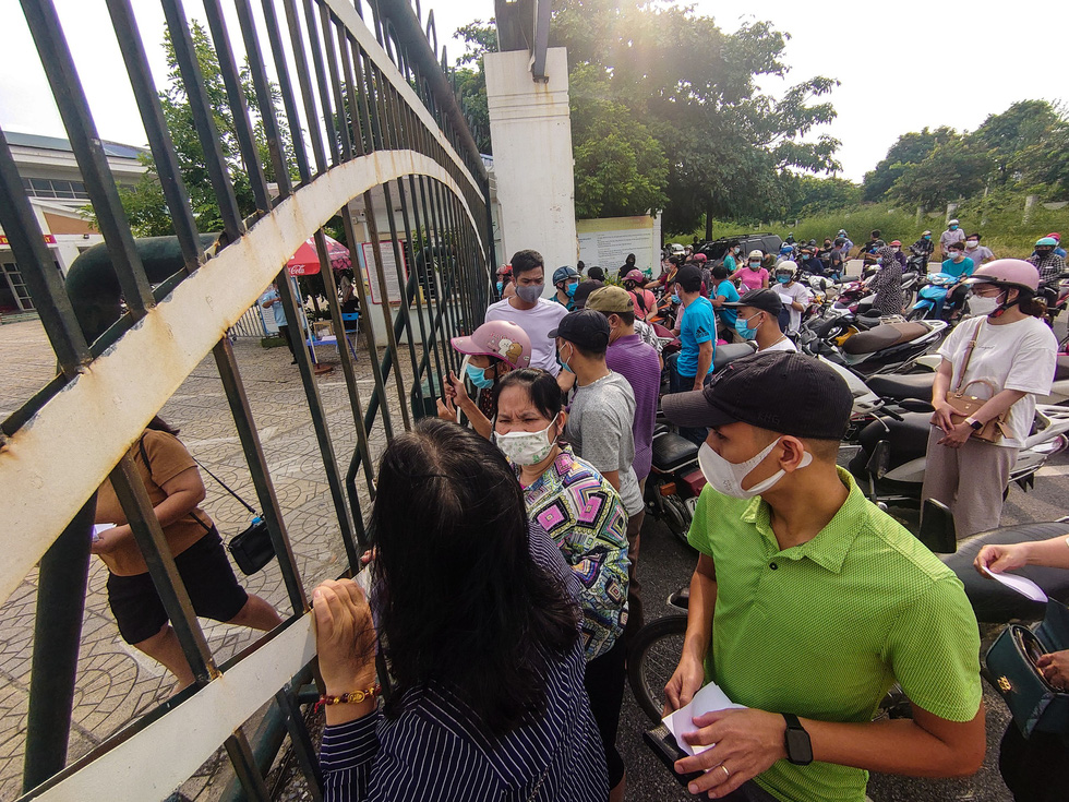A throng of people is seen outside a coronavirus vaccination point in Hanoi. Photo: Nam Tran / Tuoi Tre