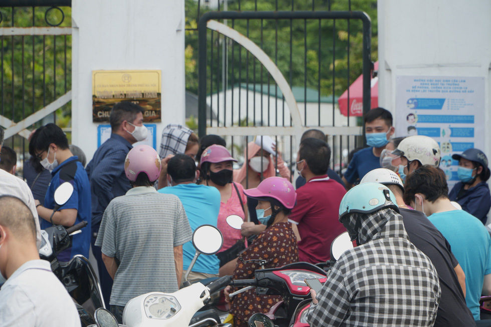 Many people failed to keep the required safe distance while they gathered at Thuong Thanh Junior High School for vaccination. Photo: Pham Tuan / Tuoi Tre