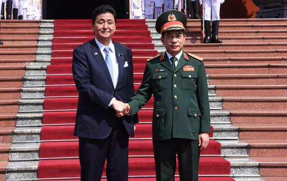 Vietnamese Defense Minister Phan Van Giang (right) welcomes his Japanese counterpart Nobuo Kishi in Hanoi on September 11, 2021. Photo: Phu Do / Tuoi Tre