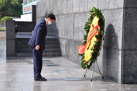 Japanese Defense Minister Nobuo Kishi is seen laying a wreath at the Mausoleum of President Ho Chi Minh in Hanoi on September 11, 2021. Photo: Japan's Ministry of Defense