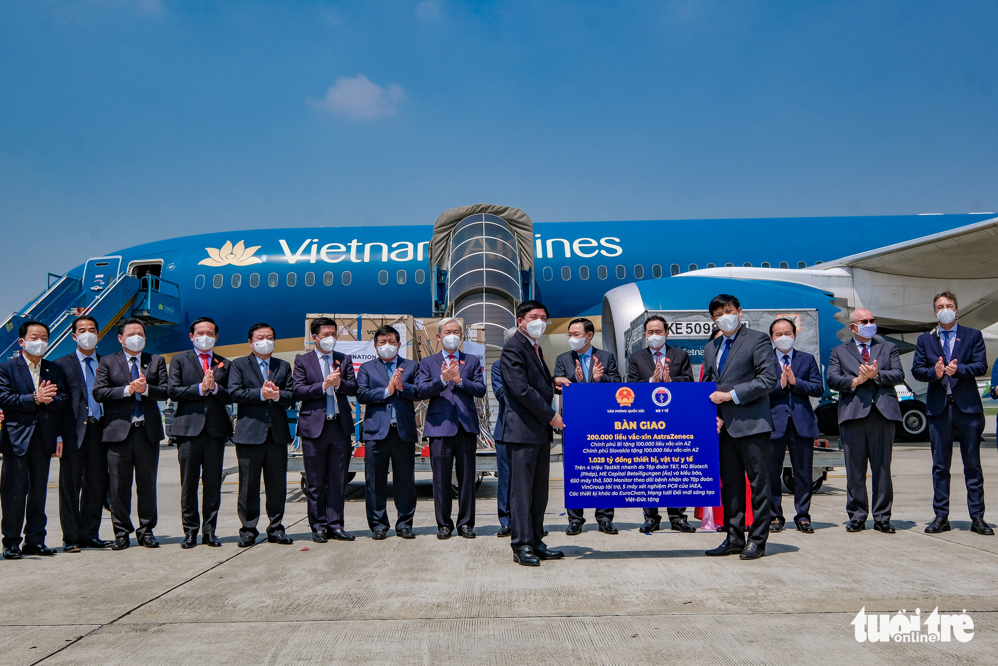 Vietnam legislature hands over 200,000 donated COVID-19 jabs following chairman's trip to Europe
