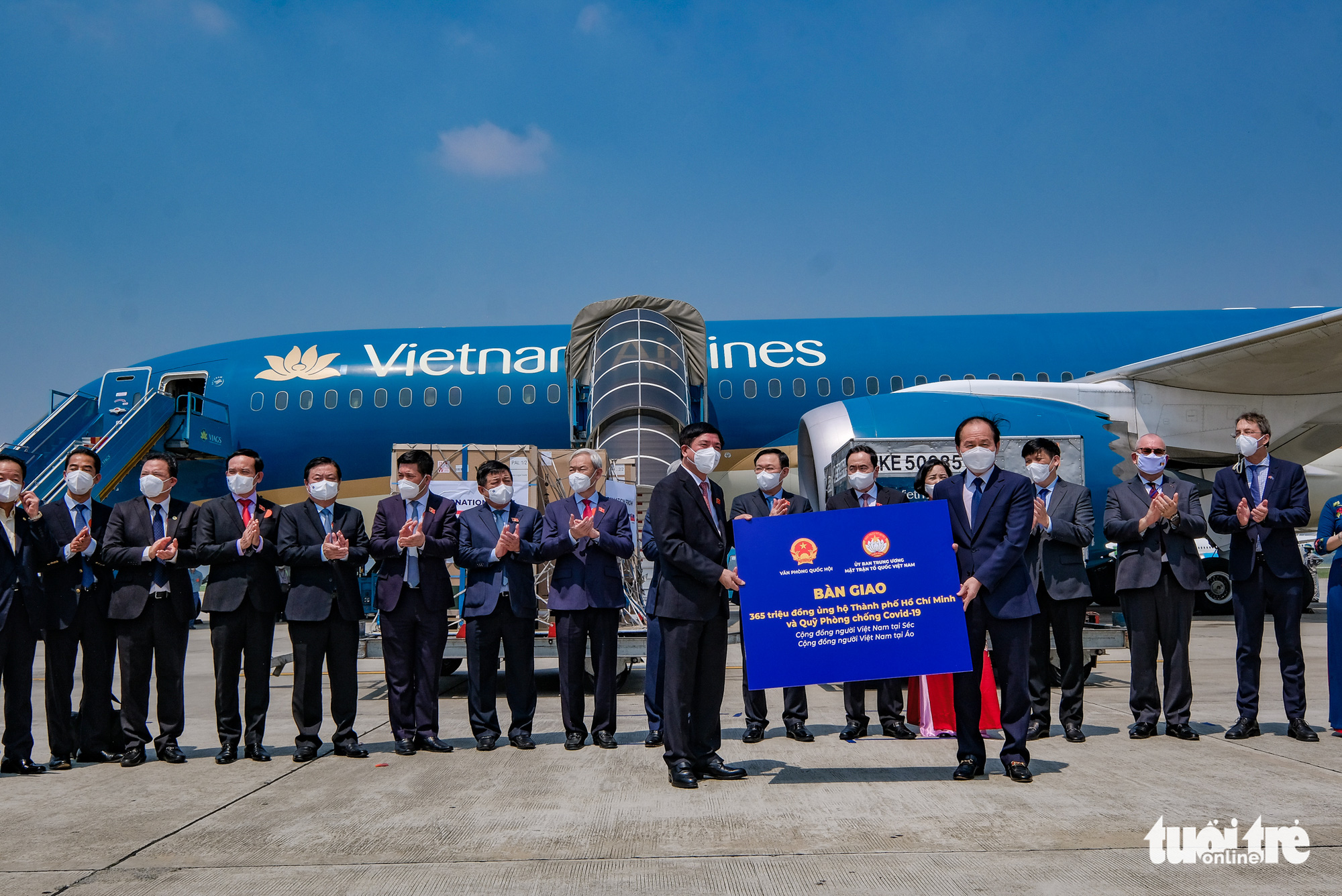 The National Assembly hand over the financial assistance to the VietnamFatherland Front during a ceremony at Noi Bai International Airport in Hanoi, September 12, 2021. Photo: Nam Tran / Tuoi Tre