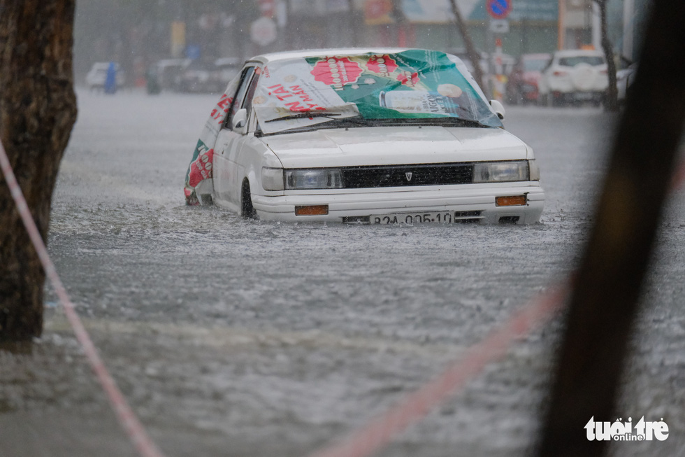 A car is submerged in inundated rainwater on a street in Da Nang City, Vietnam, September 12, 2021. Photo: Tan Luc / Tuoi Tre
