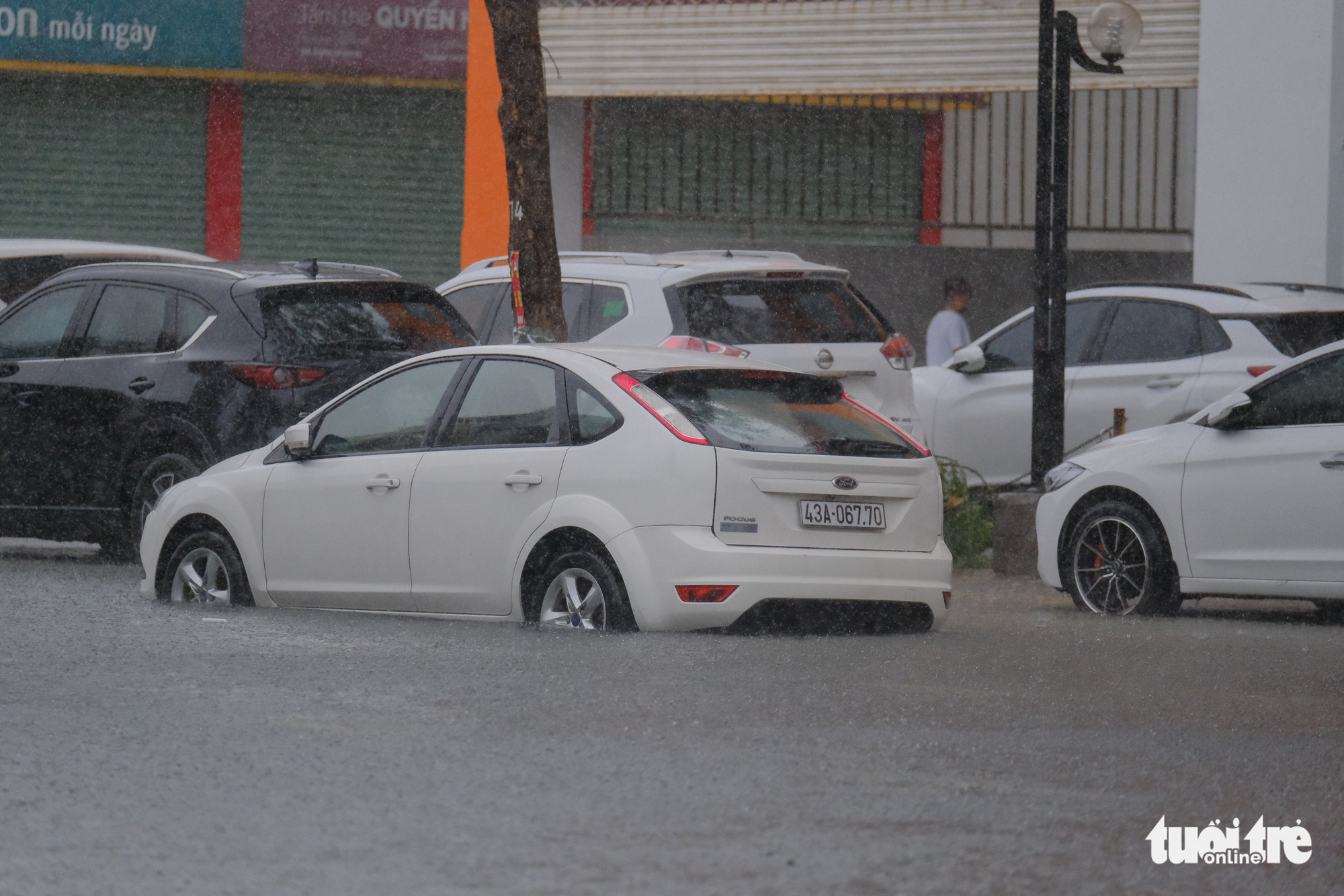 Cars are parked on sidewalks to avoid inundated rainwater on a street in Da Nang City, Vietnam, September 12, 2021. Photo: Tan Luc / Tuoi Tre