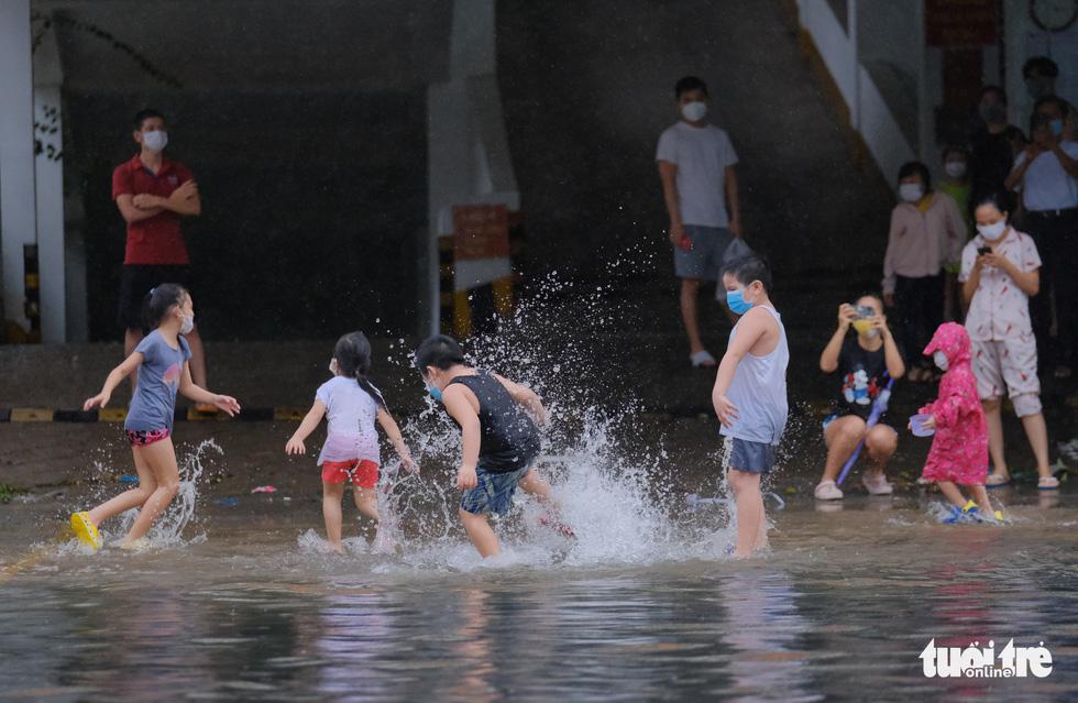 Children play on a flooded street in Da Nang City, Vietnam, September 12, 2021. Photo: Tan Luc / Tuoi Tre