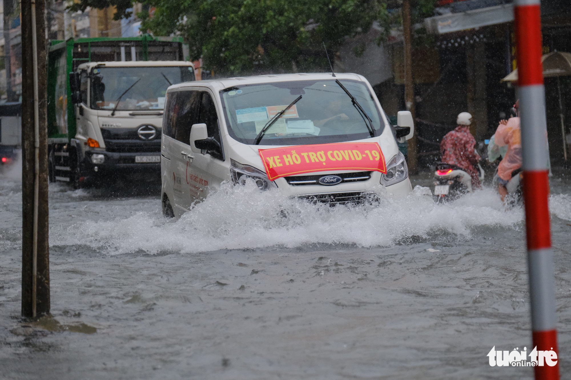 Vehicles wade through inundated rainwater on a street in Da Nang City, Vietnam, September 12, 2021. Photo: Tan Luc / Tuoi Tre