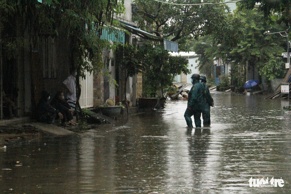 An alleyway is submerged in inundated rainwater on a street in Da Nang City, Vietnam, September 12, 2021. Photo: Truong Trung / Tuoi Tre