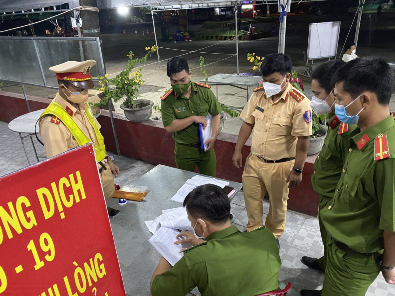 Police officers book a case of illegally transporting passengers in a refrigerated truck from Dong Nai Province to Binh Thuan Province, Vietnam, September 12, 2021. Photo: Binh Thuan traffic police