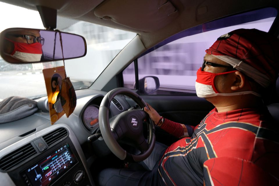 Agus Widanarko, 40, wears a Spiderman costume while driving as he prepares to entertain children confined to their homes due to coronavirus disease (COVID-19) restrictions, in Sukoharjo, Central Java province, Indonesia, September 10, 2021. Photo: Reuters