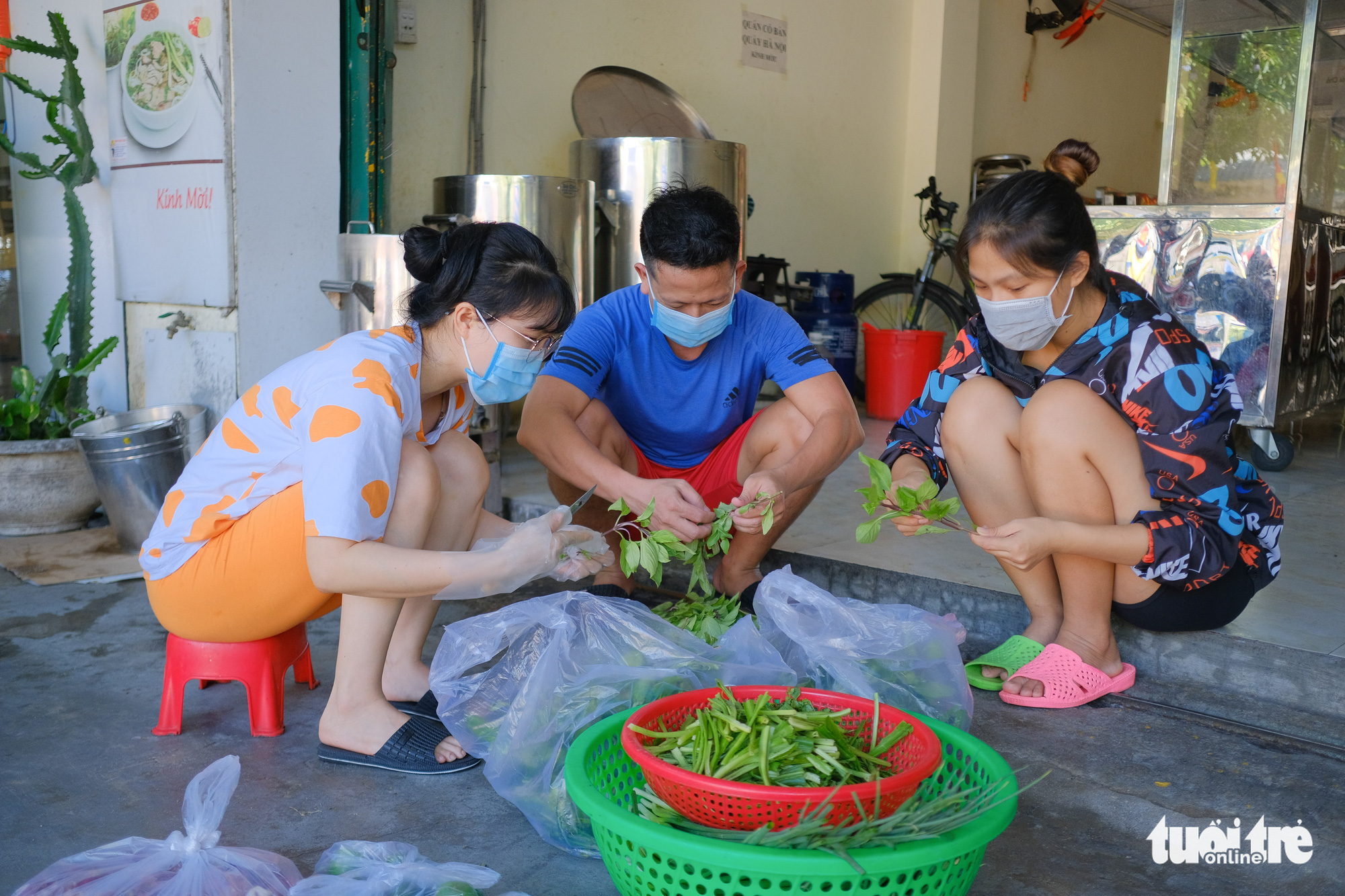 Staff members prepare ingredients for the reopening of a 'pho' store in Hoa Khe Ward, Thanh Khe District, Da Nang, September 16, 2021. Photo: Tan Luc / Tuoi Tre