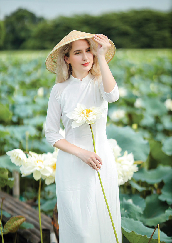 Dajana Hoxhaj is seen wearing ao dai (Vietnamese traditional costume) and Vietnamese conical hat in a photo she provided Tuoi Tre News