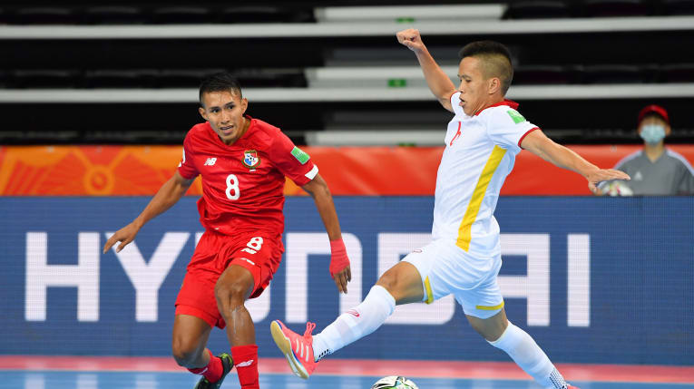 Vietnamese and Panamanian players vie for the ball in the FIFA Futsal World Cup match on September 16, 2021. Photo: Asian Football Confederation