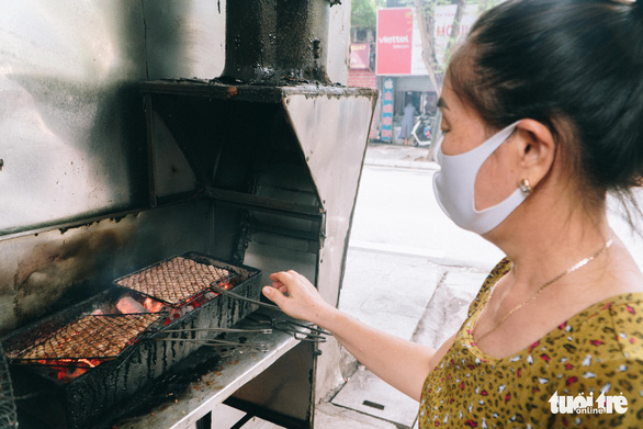 An eatery on Doi Can Street, Hanoi prepares food for a reopening on September 16, 2021. Photo: Pham Tuan / Tuoi Tre
