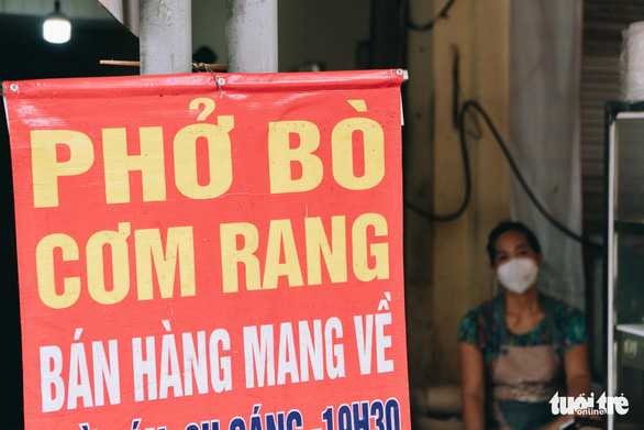 A takeaway-only sign in front of a food stall in Hanoi, September 16, 2021. Photo: Pham Tuan / Tuoi Tre