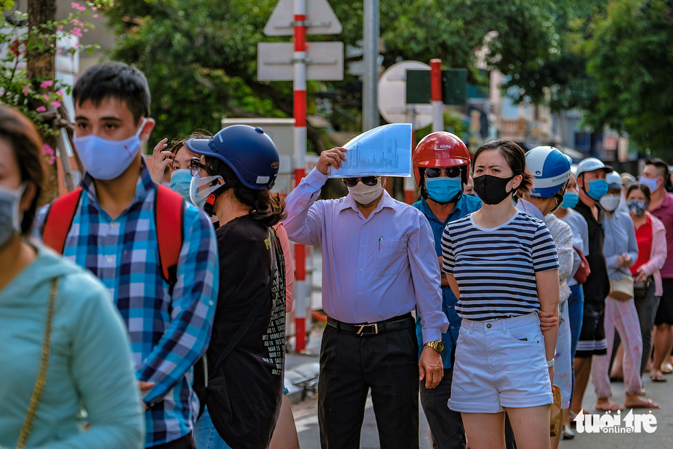 Queues leading to a makeshift sale location of mooncake maker Bao Phuong on Thuy Khue Street, Tay Ho District, Hanoi, September 19, 2021. Photo: Nam Tran / Tuoi Tre