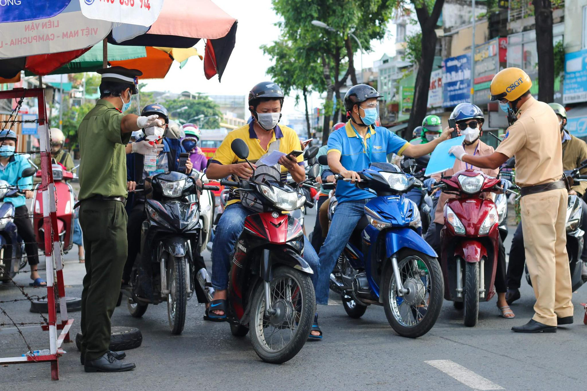 Congestion at a COVID-19 checkpoint on Nguyen Kiem Street in Go Vap District, Ho Chi Minh City, September 20, 2021. Photo: Chau Tuan / Tuoi Tre