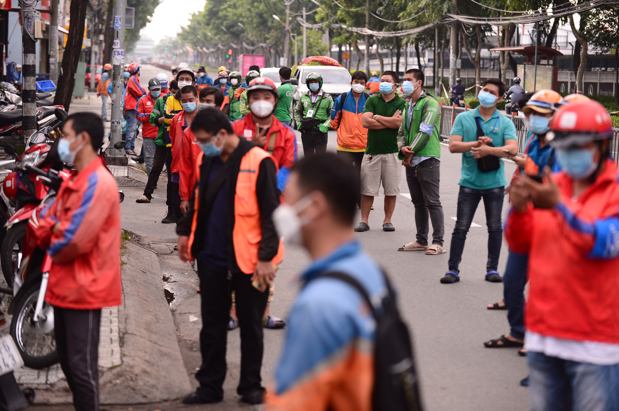 Delivery workers queue up for COVID-19 tests on a street in Ho Chi Minh City, September 20, 2021. Photo: Chau Tuan / Tuoi Tre
