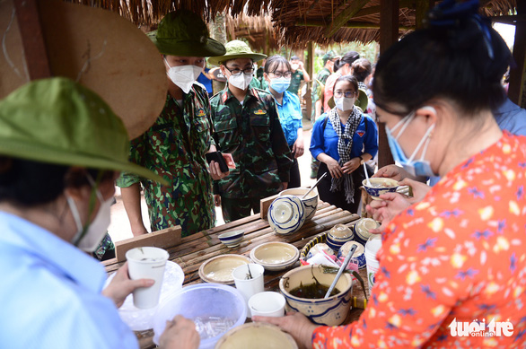 Visitors experience local foods in Cu Chi District during a tour to pay tribute to medical workers from other localities that had come to assist Ho Chi Minh City in the fight against COVID-19 on September 19, 20201. Photo: Quang Dinh / Tuoi Tre