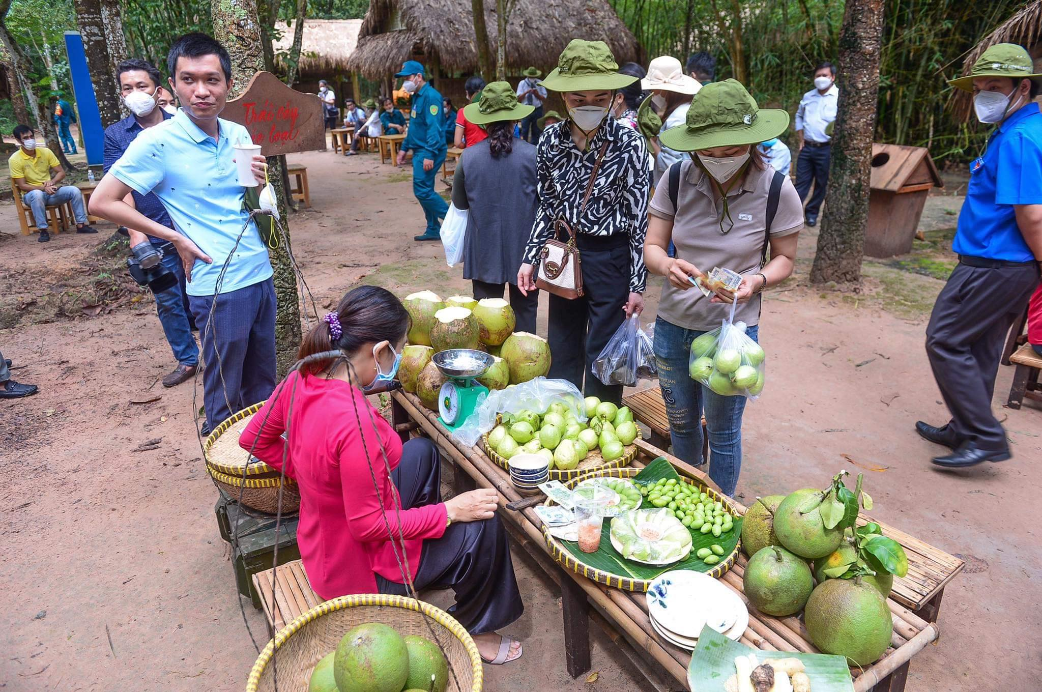 Visitors buy local fruits in Cu Chi District during a tour to pay tribute to medical workers from other localities that had come to assist Ho Chi Minh City in the fight against COVID-19 on September 19, 20201. Photo: Tuoi Tre