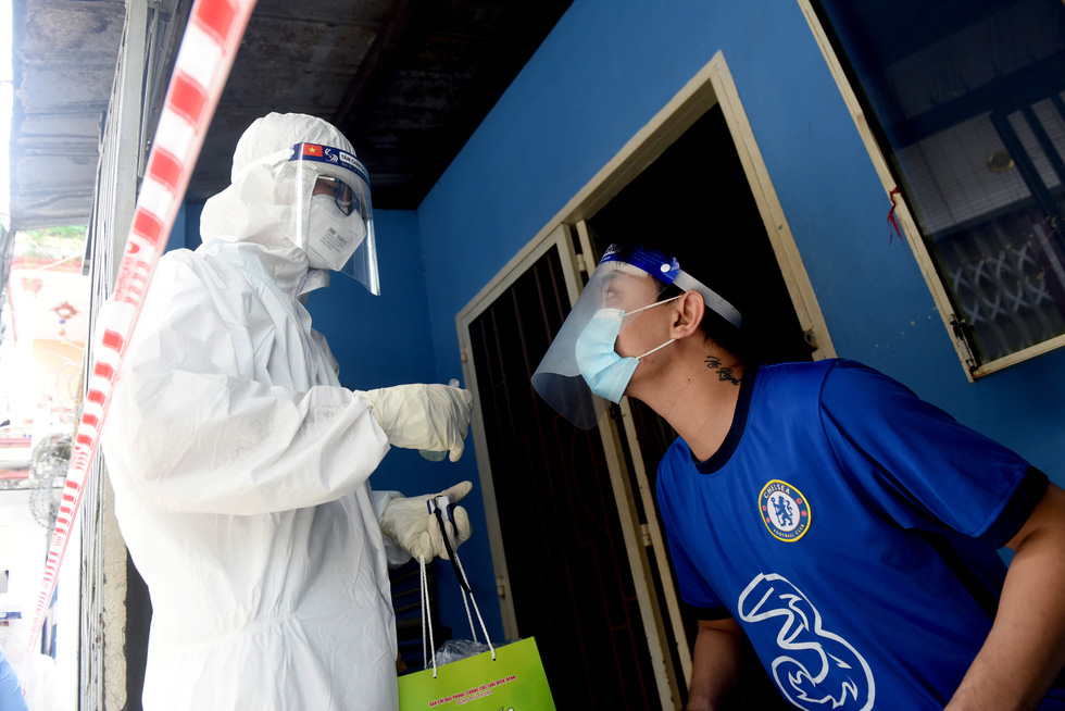 A medical worker visits a COVID-19 patient at his home in Phu Nhuan District, Ho Chi Minh City. Photo: Duyen Phan / Tuoi Tre