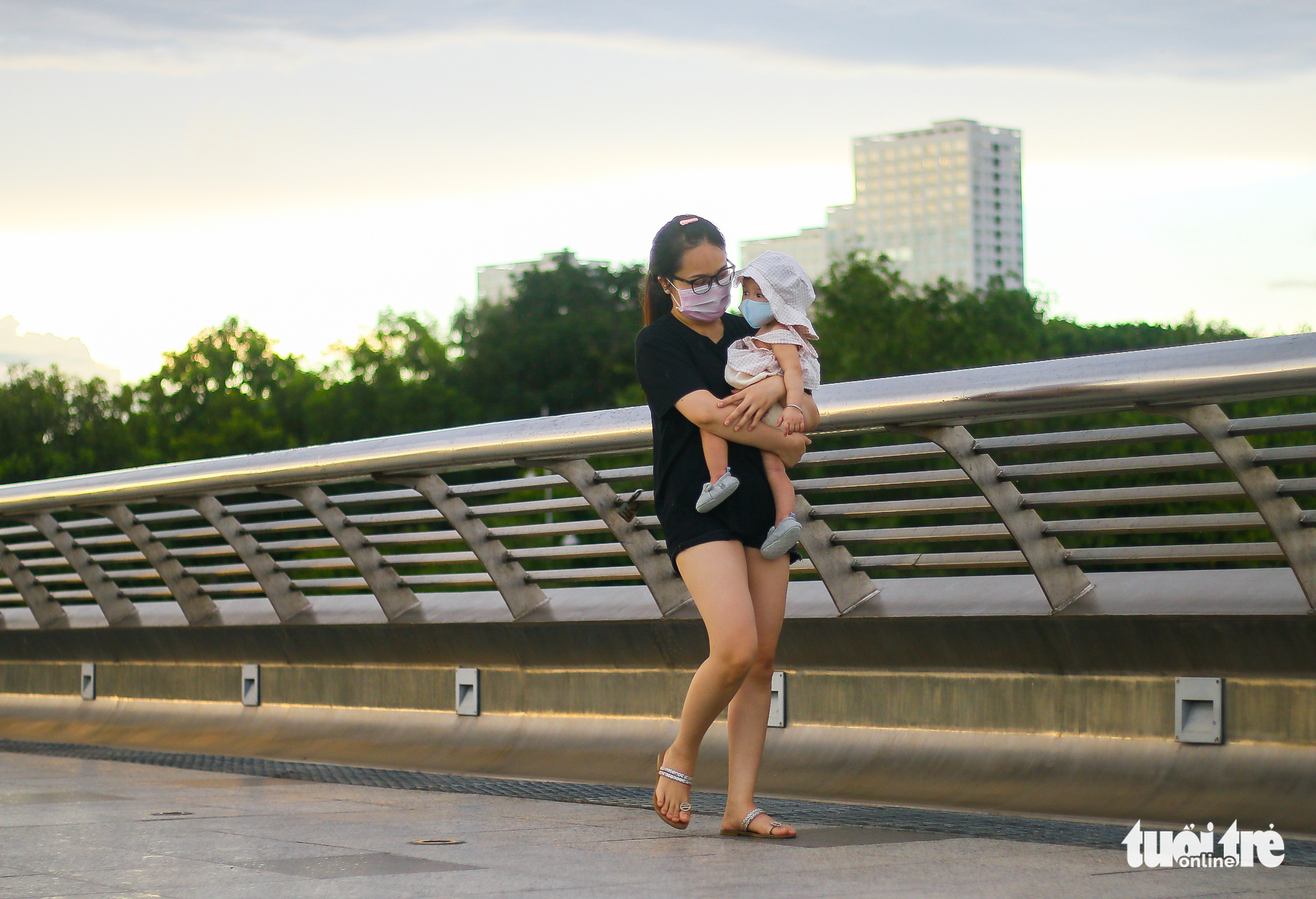 A woman goes for a walk with her baby at a park in District 7, Ho Chi Minh City, September 21, 2021. Photo: Chau Tuan / Tuoi Tre