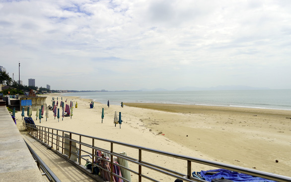 This photo shows a beach without people as a result of the ongoing ban on sea bathing due to COVID-19 outbreak in Vung Tau City, Ba Ria-Vung Tau Province. Photo: D.H. / Tuoi Tre