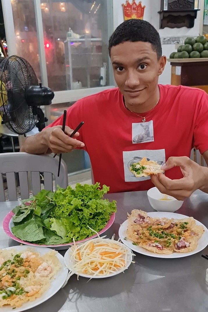 Ashley Griffith is seen enjoying banh khot, a delicacy from the southern province of Ba Ria - Vung Tau, in a photo he provided Tuoi Tre News