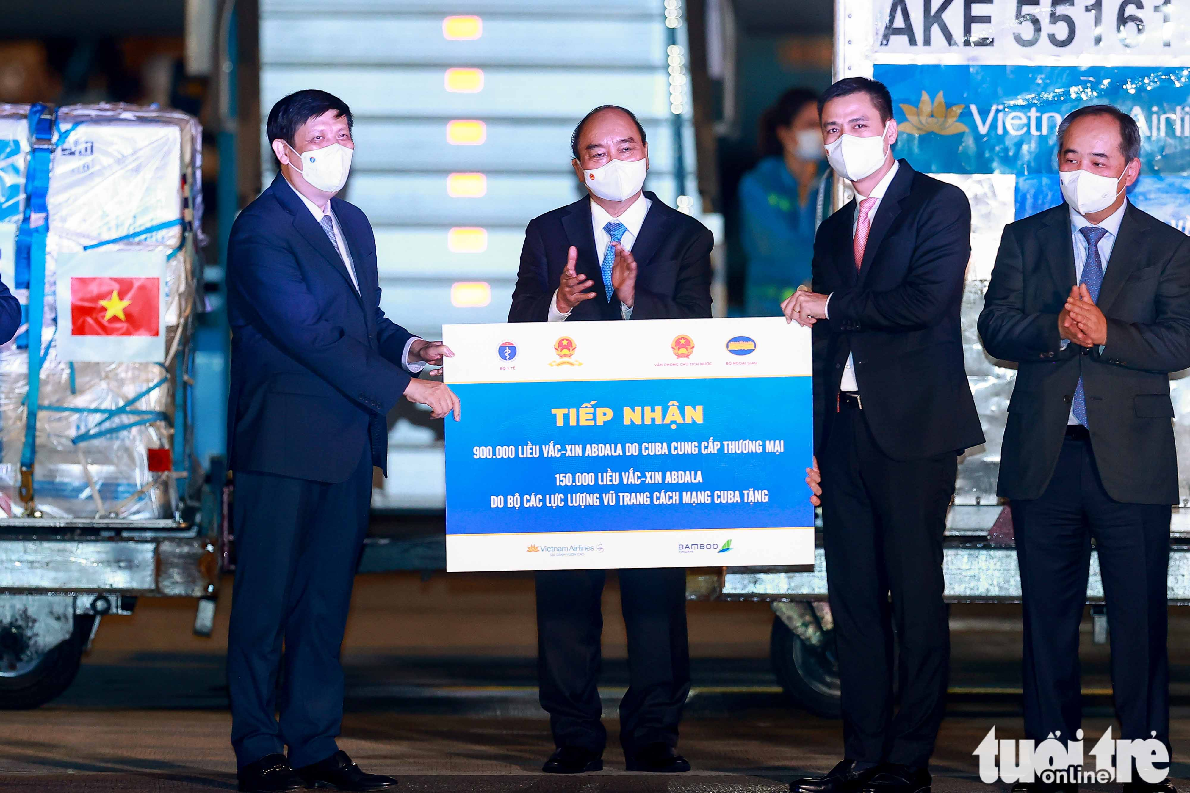 Over one million doses of the Abdala COVID-19 vaccine are handed over to Vietnam during a ceremony Noi Bai International Airport in Hanoi, September 25, 2021. Photo: Nguyen Khanh / Tuoi Tre
