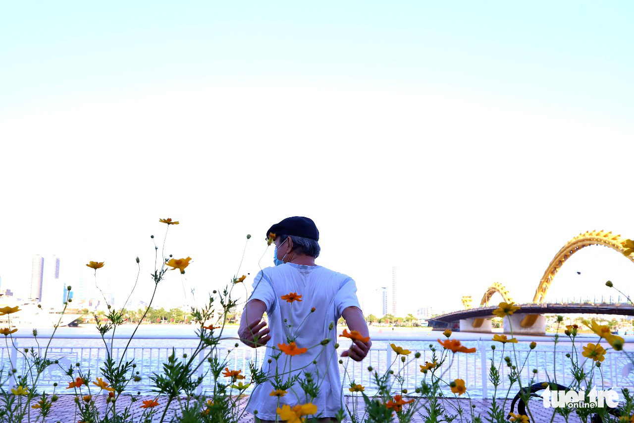 A resident exercises by the river in Da Nang, September 26, 2021. Photo: D.C. / Tuoi Tre