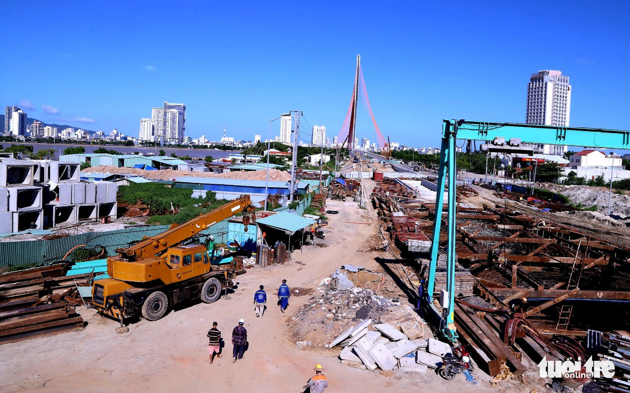A construction site resumes operation in Da Nang, September 26, 2021. Photo: D.C. / Tuoi Tre