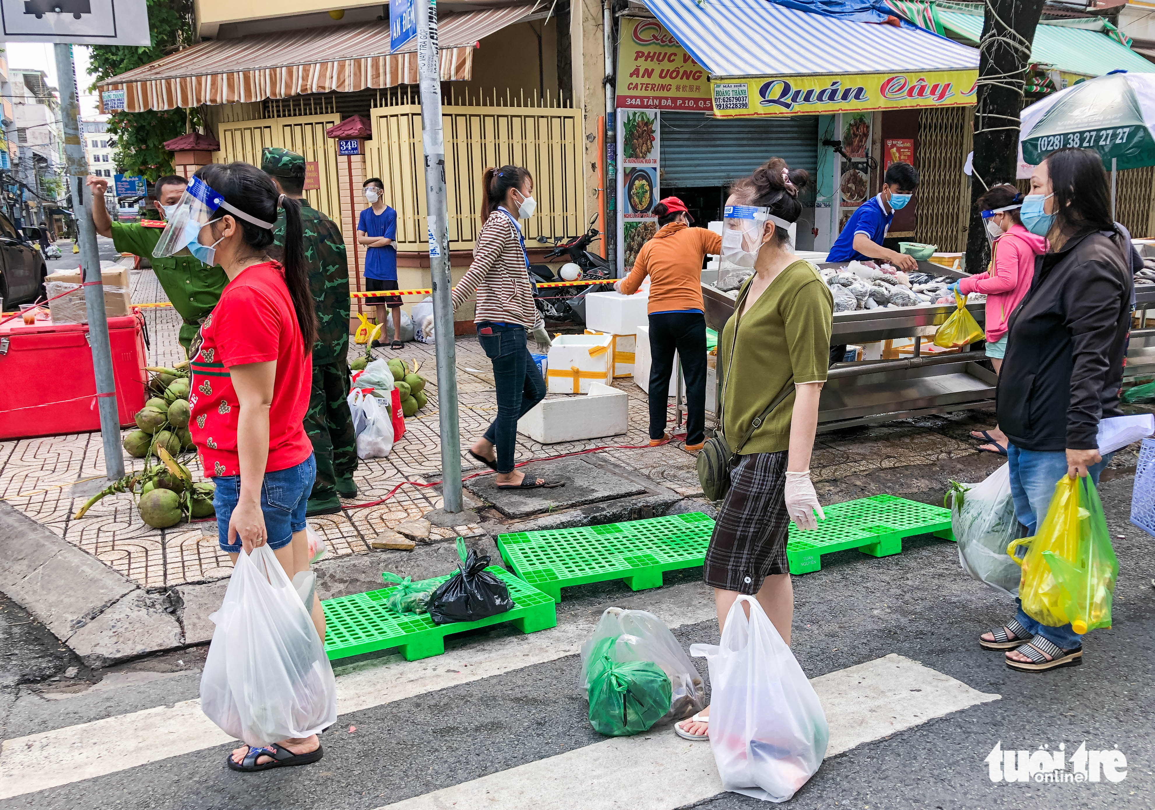 Residents are required to socially distance while shopping at the market. Photo: Chau Tuan / Tuoi Tre