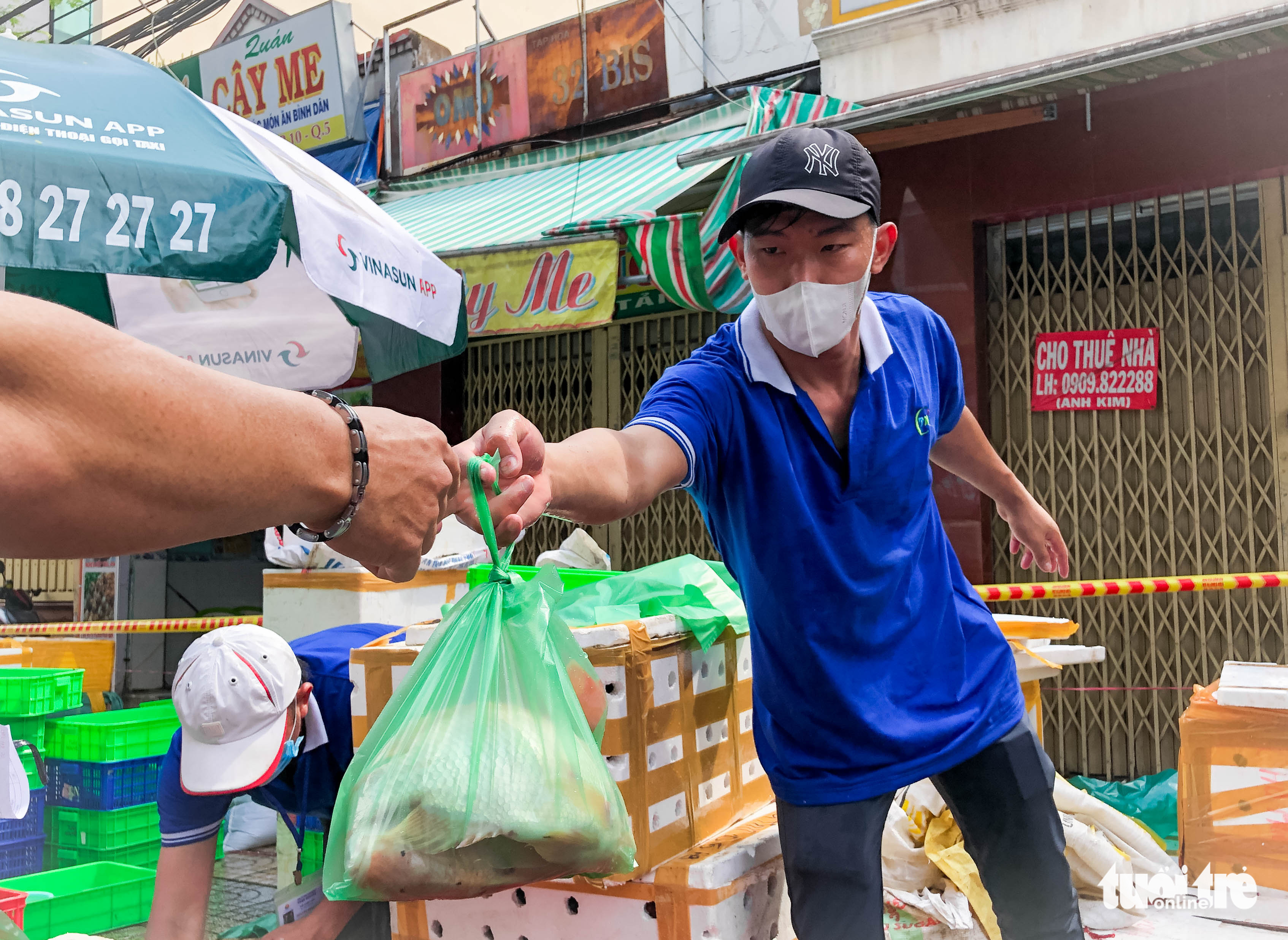 Merchants at the market must be fully vaccinated against COVID-19. Photo: Chau Tuan / Tuoi Tre