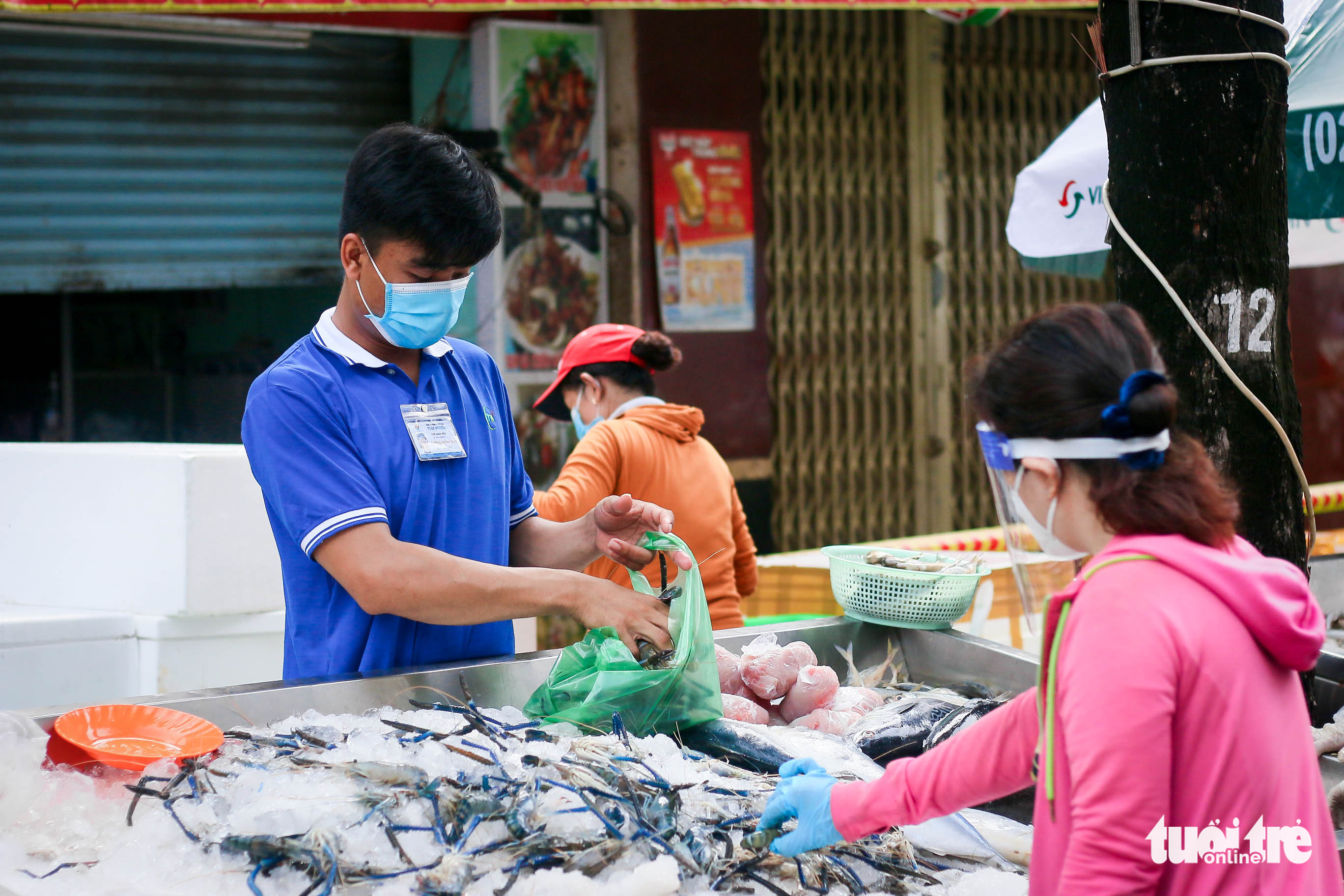 Seafood is sold at a makeshift market on Tan Da Street in District 5, Ho Chi Minh City, September 26, 2021. Photo: Chau Tuan / Tuoi Tre