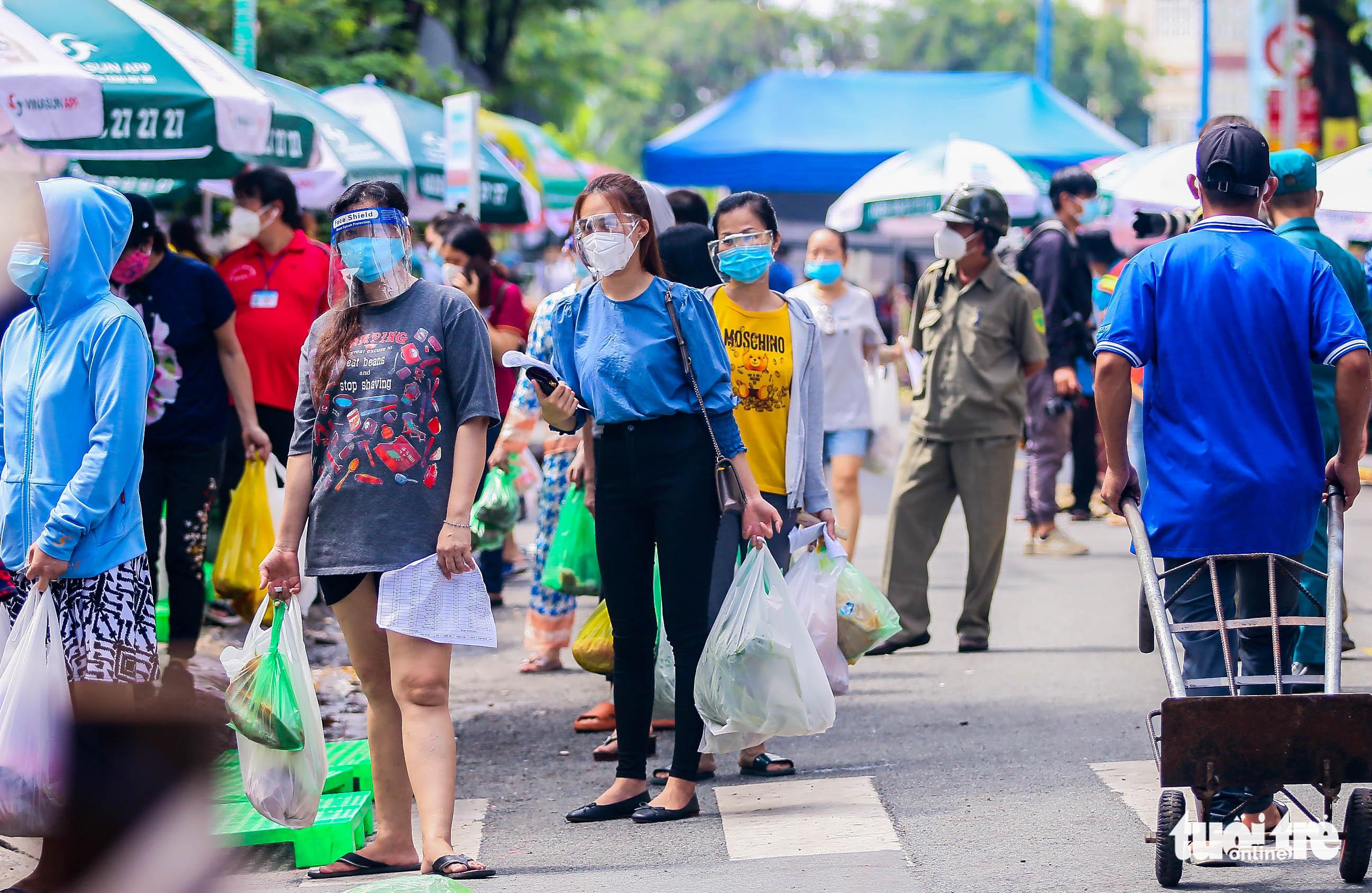 Residents enjoy shopping at makeshift market in Ho Chi Minh City