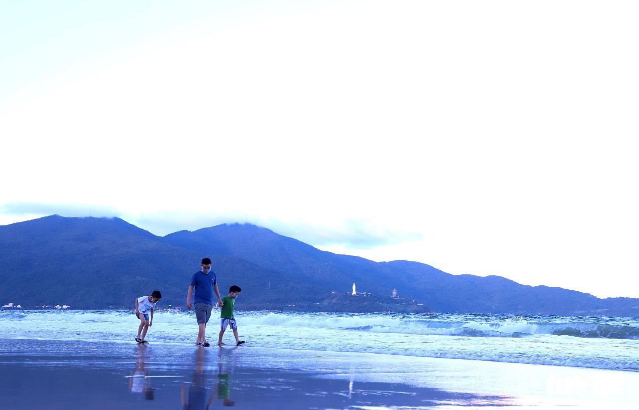 Residents walk on a beach in Da Nang, September 26, 2021. Photo: D.C. / Tuoi Tre