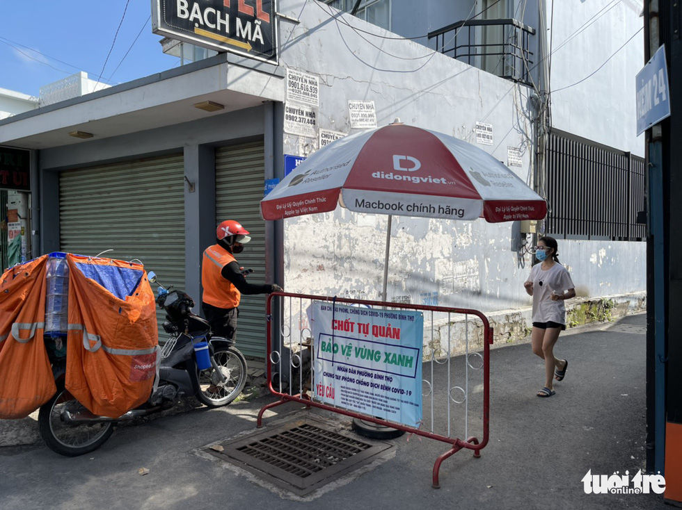 A mobile barricade is left at the entrance to an alley in Ho Chi Minh City, September 27, 2021. Photo: Le Phan / Tuoi Tre