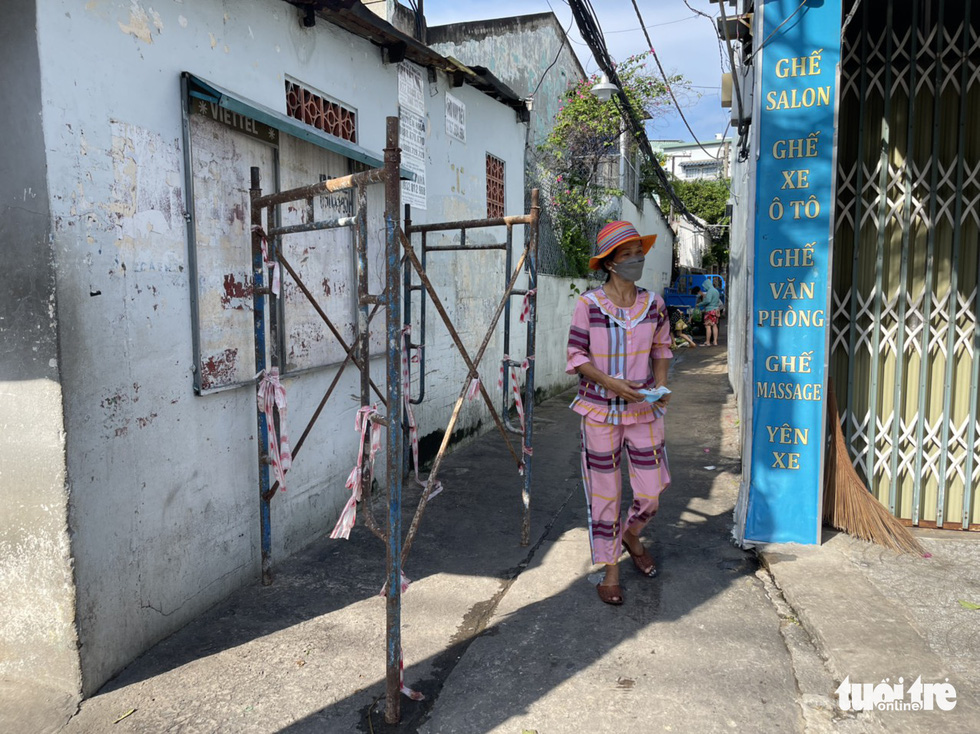 Scaffolding replaces barricades at the entrance to an alley in Ho Chi Minh City, September 27, 2021. Photo: Le Phan / Tuoi Tre