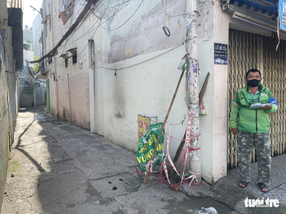 An alley is cleared of barricades on Phan Van Tri Street in Binh Thanh District, Ho Chi Minh City, September 27, 2021. Photo: Le Phan / Tuoi Tre