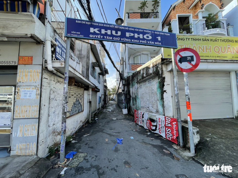 An alley is cleared of barricades on No Trang Long Street in Binh Thanh District, Ho Chi Minh City, September 27, 2021. Photo: Le Phan / Tuoi Tre
