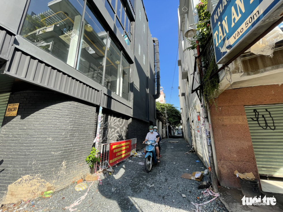 An alley is cleared of barricades on Xo Viet Nghe Tinh Street in Binh Thanh District, Ho Chi Minh City, September 27, 2021. Photo: Le Phan / Tuoi Tre