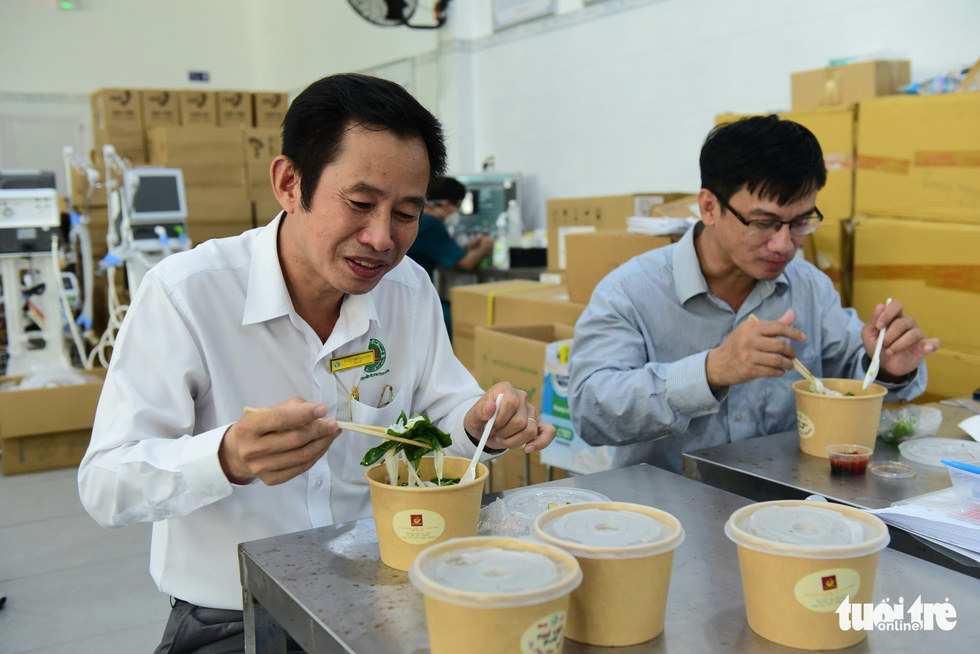 """Doctor Tran Van Khanh, director of Le Van Thinh Hospital, enjoys a bowl of pho from """"Xe Pho Yeu Thuong"""" (Loving Rides of Pho) on September 28, 2021. Photo: Tuoi Tre."""