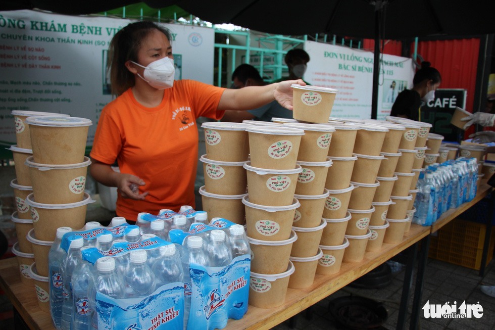 """350 bowls of Pho Cao Thang are ready to serve at Le Van Thinh Hospital in Ho Chi Minh City's Thu Duc City as part """"Xe Pho Yeu Thuong"""" (Loving Rides of Pho) sponsored by Tuoi Tre (Youth) newspaper on September 29, 2021. Photo: Tuoi Tre"""