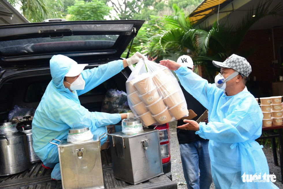 Staff unload hundreds of bowls of pho to serve at a dormitory owned by the Ho Chi Minh City University of Technology and Education on September 29, 2021. Photo: Tuoi Tre