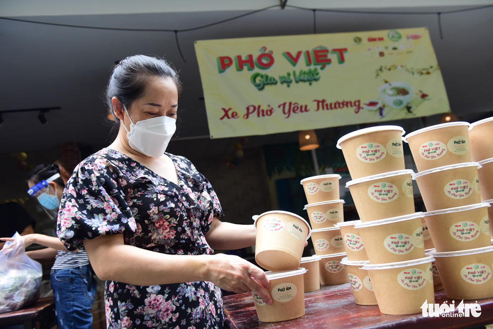 Nguyen Thi Khanh Thuy, owner of Pho Am, prepares her pho at the dormitory owned by the Ho Chi Minh City University of Technology and Education on September 29, 2021. Photo: Tuoi Tre