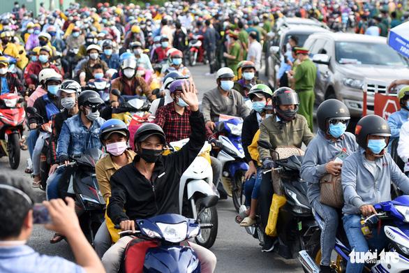 Caravans of internal migrant workers leave southern Vietnamese province on motorbike