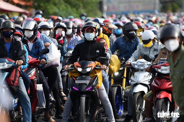 Domestic migrant workers wait to get through a checkpoint in Vinh Cuu District, Dong Nai Province, Vietnam, October 2, 2021. Photo: A Loc / Tuoi Tre