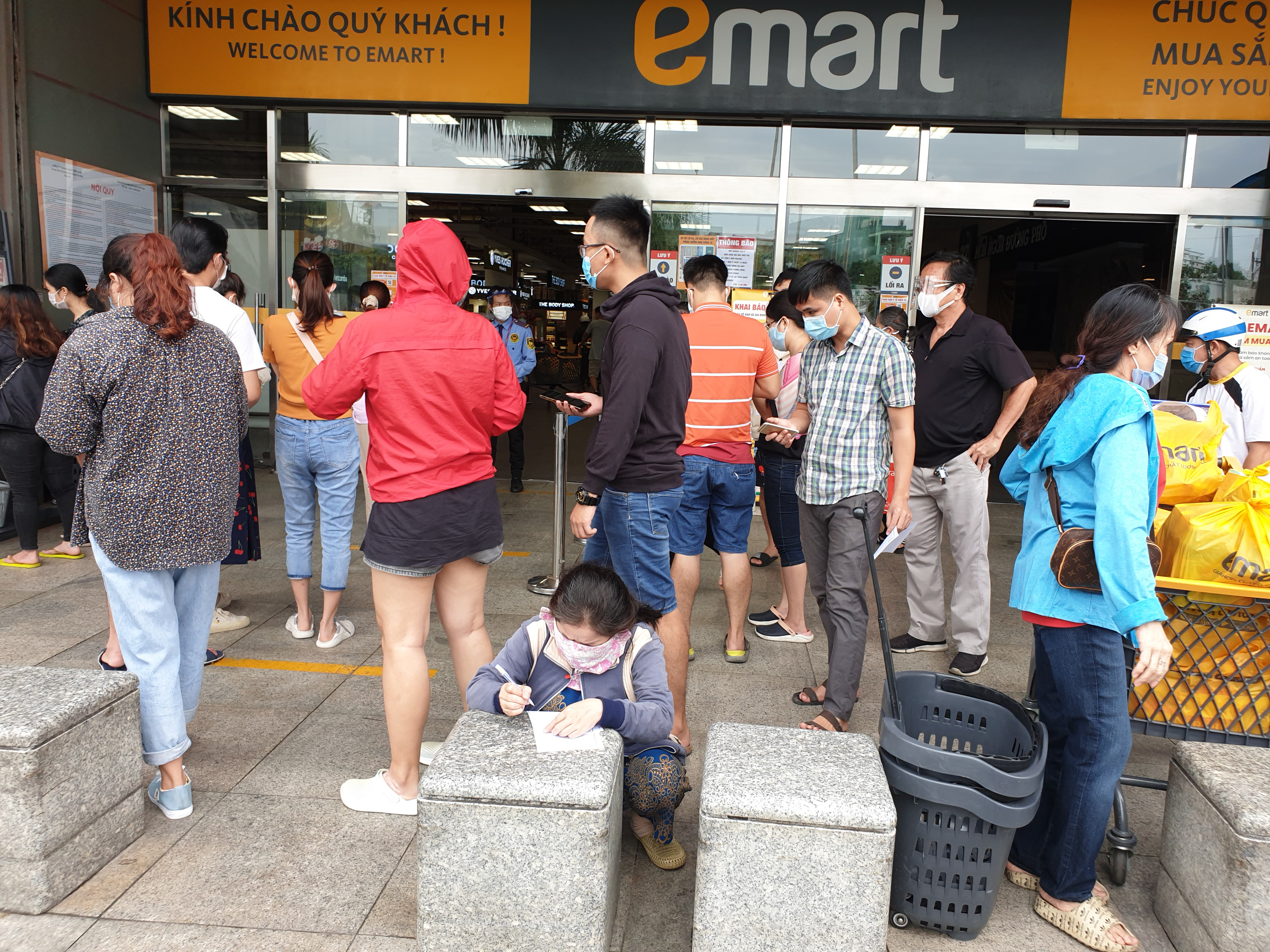 Ho Chi Minh City supermarket suspended over unqualified pandemic prevention measures